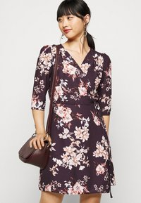 True Violet Petite - WRAP MINI DRESS WITH TIE WAIST - Denní šaty - burgundy - 4