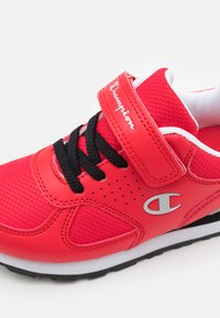Champion - LOW CUT SHOE ERIN UNISEX - Sports shoes - red - 5