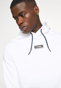 Tommy Jeans - ESSENTIAL GRAPHIC HOODIE - Sweat à capuche - white - 4