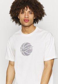 Nike Performance - TEE - T-shirt med print - pure - 3