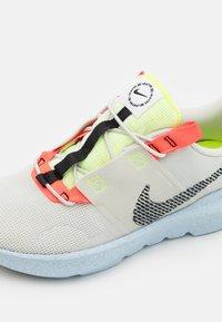 Nike Sportswear - CRATER IMPACT UNISEX - Sneakers basse - light bone/black/stone/bright crimson/chambray blue - 5