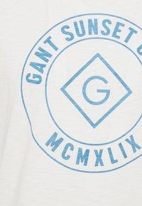 GANT - SUNSET CLUB - Triko spotiskem - eggshell - 5