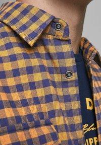 Jack & Jones - KARIERTES  - Skjorta - rubber - 4