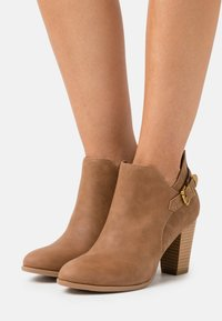 Wallis - ANISH - Boots à talons - camel - 0