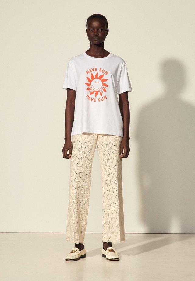 LUCIE - T-shirt z nadrukiem - ecru