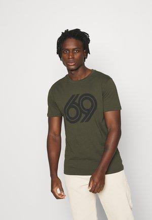 ALDER 69 FRONT PRINT - Camiseta estampada - forest night