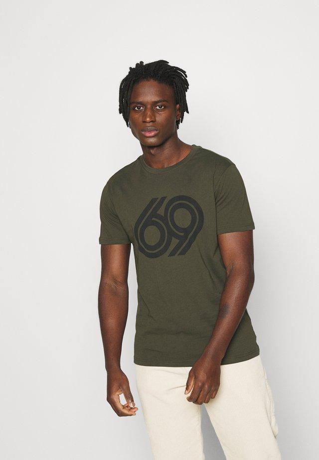 ALDER 69 FRONT PRINT - Print T-shirt - forest night
