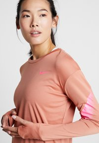 Nike Performance - MIDLAYER RUNWAY - Camiseta de deporte - terra blush/digital pink - 3