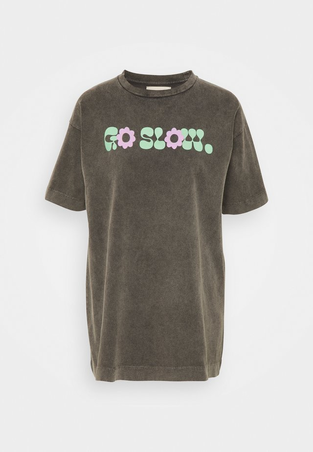 GO SLOW TEE - T-shirt med print - washed black