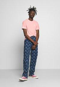 Nike Sportswear - CLUB TEE - T-shirt - bas - washed coral - 1