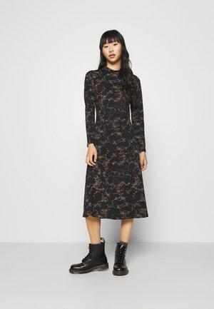 PCSAPPHIRE DRESS - Robe d'été - black/sunburn