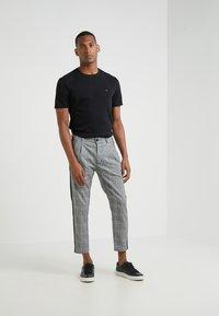 Michael Kors - SLEEK CREW NECK  - T-shirts - black - 1