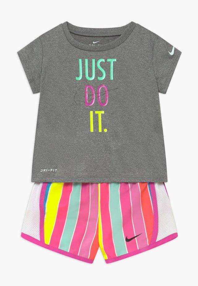 STRIPE TEMPO SET - Shorts - fire pink