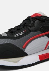 Puma - MIRAGE TECH - Joggesko - black/high risk red - 4