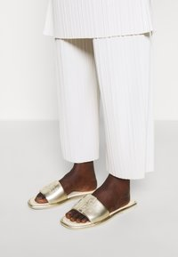 Tory Burch - DOUBLE T SPORT SLIDE - Mules - spark gold/cream - 0