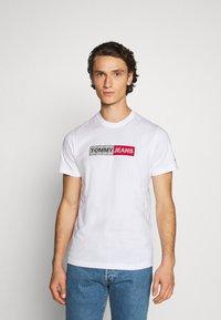 Tommy Jeans - METALLIC GRAPHIC TEE - T-shirt z nadrukiem - white - 0