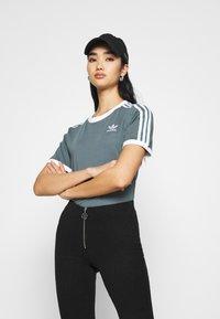 adidas Originals - STRIPES TEE - T-shirt imprimé - blue oxide - 3