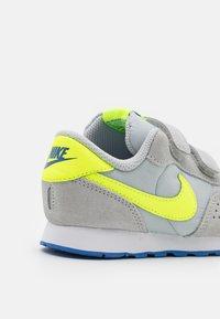 Nike Sportswear - MD VALIANT UNISEX - Tenisky - grey fog/volt/game royal/white - 5