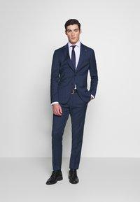 Tommy Hilfiger Tailored - PEAK LAPEL CHECK SUIT SLIM FIT - Oblek - blue - 0