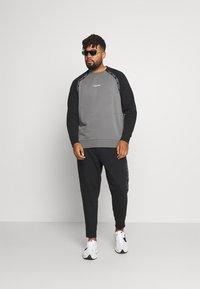 Calvin Klein Jeans Plus - SHADOW LOGO TAPE PANT - Verryttelyhousut - black - 1