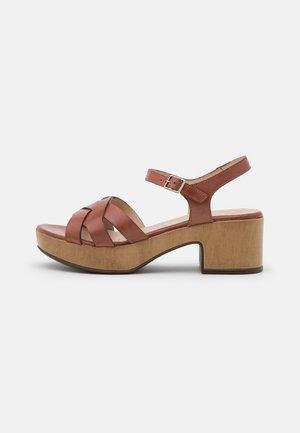 Korkeakorkoiset sandaalit - pergamena rust