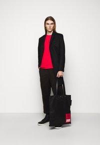 Neil Barrett - TRIPTYCH THUNDER EASY - T-shirts med print - red/black - 1