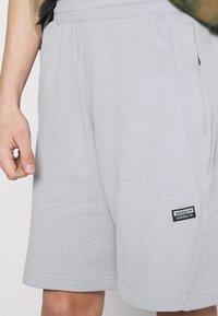 adidas Originals - ABSTRACT SHORT R.Y.V. ORIGINALS SHORTS - Shorts - halo silver - 3