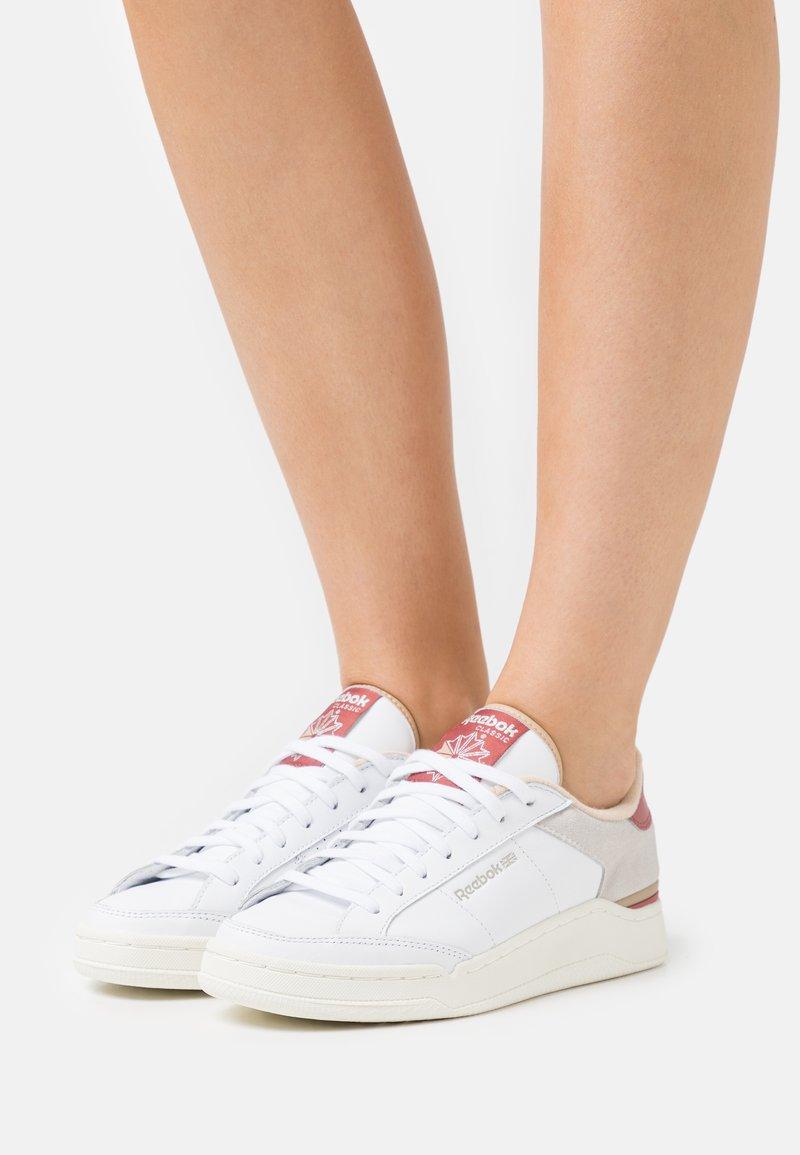 Reebok Classic - AD COURT - Sneakersy niskie - footwear white/sahara/sand beige