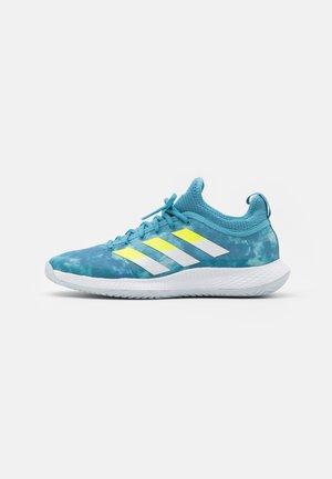 DEFIANT GENERATION - All court tennisskor - haze blue/solar yellow/footwear white