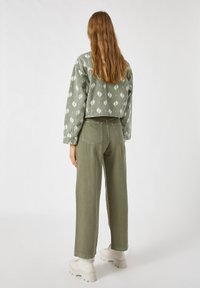 PULL&BEAR - Flared Jeans - green - 2