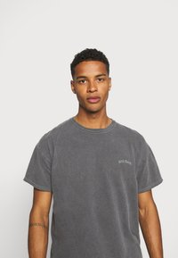 BDG Urban Outfitters - TEE UNISEX - T-shirts - washed black - 3