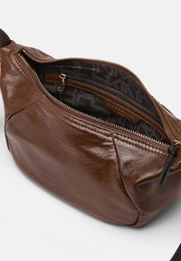 Liebeskind Berlin - MIT GLOSSY FINIS - Across body bag - walnut - 2