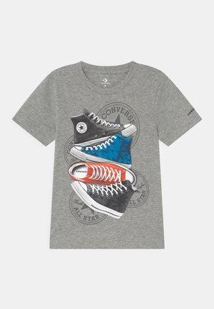 PHOTOREAL SNEAKER STACK TEE UNISEX - Print T-shirt - dark grey heather