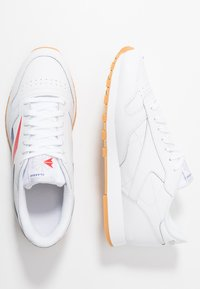 Reebok Classic - VECTOR LEATHER SHOES - Trainers - white/scarlet/true grey - 1