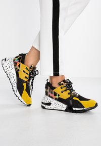 Steve Madden - CLIFF - Joggesko - yellow/multicolor - 0