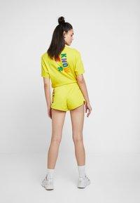 adidas Originals - PHARRELL WILLIAMS 3 STRIPES - Kraťasy - yellow - 2