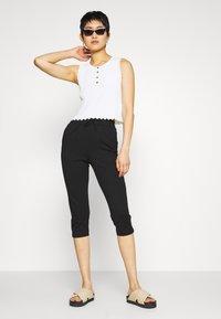 ONLY Petite - ONLPOPTRASH EASY CAPRI PANT  - Bukse - black - 1
