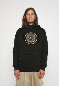 Glorious Gangsta - ZAIAR HOOD - Sweatshirt - jet black/gold - 0