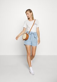 Vero Moda - VMEMILY POCKET - Szorty - light blue denim - 1