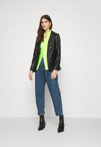 Who What Wear - PLISSE - Chemisier - acid green - 1