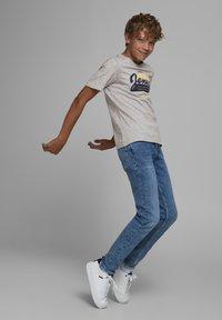 Jack & Jones Junior - JJELOGO - Print T-shirt - light grey melange - 3