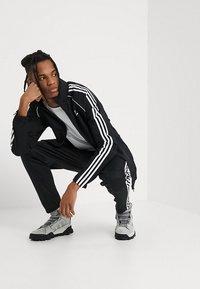 adidas Originals - Let jakke / Sommerjakker - black - 1