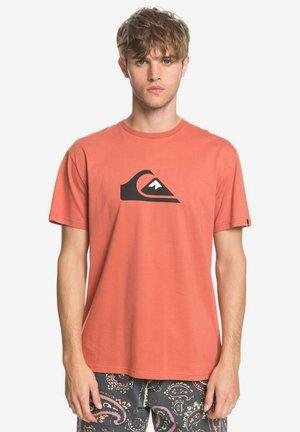 COMPLOGOSS - Print T-shirt - redwood
