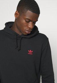 adidas Originals - ESSENTIAL HOODY UNISEX - Hoodie - black/scarle - 5