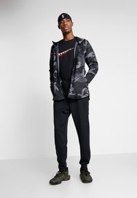 Nike Performance - SHOWTIME PRINT - Träningsjacka - dark grey/black - 1