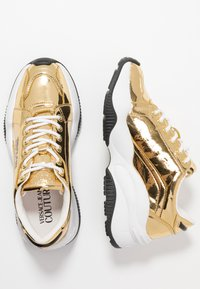 Versace Jeans Couture - CHUNKY SOLE - Sneakers basse - oro - 3