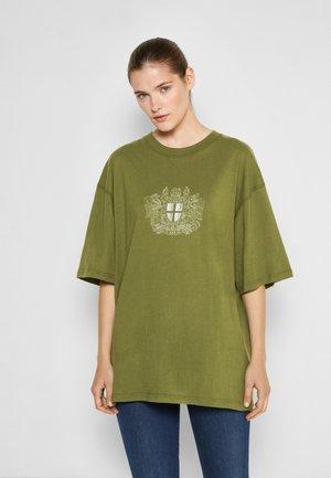 BOYFRIEND TEE - Print T-shirt - green