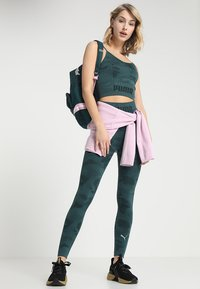 Puma - EVOKNIT SEAMLESS LEGGINGS - Tights - ponderosa pine - 1