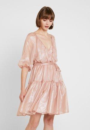 VOLUME WRAP DRESS - Robe de soirée - pink