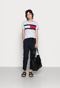 Tommy Hilfiger - TEE REGULAR FIT FLAG - Print T-shirt - classic brenton/breezy blue - 1